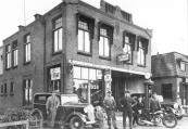 Het personeel van Hendrikus de Boer posseerde in 1933 met een nieuwe auto en een BSA motor model 1934. Links Beene Roelinga, de jeugdige zoon Oeds de Boer zit op de bumper van de auto. Anne Roelinga staat met z'n handen in de zij.