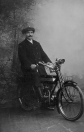 De hier afgebeelde heer Jelsma zit op een Engelse motorfiets merk Raglan uit 1914. Jelsma was leerling machinist bij Tjitse Mast op de olieslagerij aan de Kerkewal te Gorredijk. (Kermisfoto)
