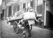 H.Haanstra met zijn hondekar aan de Langewal in Kortezwaag.