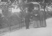 Anton Mensinga, bierbotteler, scheerbaas, koperslager en rijwielhandelaar met zijn vrouw Joukje Joustra en haar zuster Jenne.