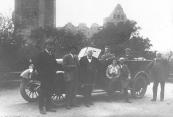Met de Hansa Lioyd auto in het Duitse bergland. V.l.n.r. Fokke de Jong, John Beenen, de plaatselijke hotelhouder, Hennie Jonkers (stuur), de vrouw van de hotelhouder, Gerrit Sijtsema en Jan v/d Vegt.