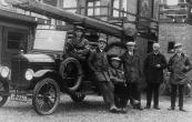 In 1932 werd door de vrijwillige brandweer te Gorredijk een nieuwe brandspuit in gebruik genomen. Hier staan de spuitgasten bij de auto. V.L.N.R. Gerrit Roelinga, Hendrik Jongbloed, Hendrik Heringa, Hans de Boer, Engbert Posthuma en Gerrit Wagenaar.