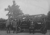 De Gorredijkster brandweer met haar personeel. V.L.N.R.: Gerard Brons, Engbert Posthuma, Gerrit Wagenaar, Anne de Jong (chauffeur), Hendrik Jongbloed op de treeplank en Hans Veldkamp.