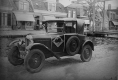De auto van Harm Piersma staat hier voor zijn huis aan de Brouwerswal nabij Bleekers brége. (Kenteken B15668: Harm Piersma, Gorredijk, gemeente Opsterland. Afgegeven: 2-10-1930)