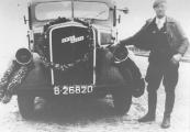 Hier staat Koen Oenema bij zijn Opel Blitz met geblindeerde koplampen. Bij welke feestelijke gelegenheid de foto gemaakt is is niet bekend. Het zal in elk geval tijdens de oorlogsjaren 1940-1945 geweest zijn. (Kenteken B26820: Konrad Karel Venema, Gorredijk, gemeente Opsterland. Afgegeven: 10-12-1940 Firma Gorredijkster Auto - Transportbedrijf, Gorredijk, gemeente Opsterland (Stationsweg ). Afgegeven: 5-9-1949 (Overgeschreven)