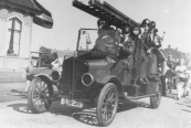 In de bevrijdingsoptocht in mei 1945 deed ook de brandweerauto mee. Chauffeur was Anne de Jong en aan de rechterkant zit o.a. Hendrik Heringa. Het is nog steeds de auto die in 1932 werd aangeschaft.  De foto is makke op de Stationswei op 'e Gerdyk. Hans de Jong hat him een pear kear yn De Woudklank pleatst. Hy hie him krige fan Gerard Zondervan. Op de foto steane sjauffeur Anne Willems de Jong, Gerrit Roelinga (linksboven) en yn it oare rygje sit noch Hendrik Heringa. De foto is makke by in befrijingsoptocht, miskien yn april 1950. Doe't de auto op 9 maart 1942 by de brân oan de Langewâl stie gie it hast mis. Yn syn Plaatsje mei in Praatsje fan 7 oktober 1942 skreau Hans de Jong: Angstig voor de Gorredijkster Brandweer werd het toen de vuurhaard te dicht naderde. Gerrit Roelinga, medechauffeur naast Anne Willems de Jong, lukt het maar niet de automotor aan de praat te krijgen. Pas op het allerlaatste moment lukte het hem toch de blusauto te verrijden.  (Bron: Jac. Stienstra)  De Ford TT autospuit met Van der Ploeg opbouw uit 1924 met kenteken B-12259 deed dienst bij het brandweerkorps van Gorredijk tot 1950 toen het vervangen werd door een nieuwe Ford autospuit.