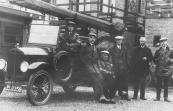 In 1932 schafte de gemeente Opsterland een nieuwe spuit aan voor de vrijwillige brandweer te Gorredijk. De vaste bemanning bestond toen uit: v.l.n.r. Gerrit Roelinga, Hendrik Jongbloed, Hendrik Heringa, Hans de Boer, Engbert Posthuma en Gerrit Wagenaar.