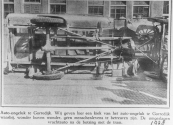 Deze vrachtauto kwam op de verkeerde weghelft en botste frontaal tegen de tram uit Heerenveen. De auto belande voor de O.L.school op z'n zijkant. (1928)