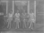 Geesje van der Muur (rechts) met 3 vriendinnen.