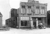 Door de steeg tussen woonhuis en garage van Hendrikus de Boer zijn de achtergelegen weilanden zichtbaar. Deze in 1940 gemaakte foto bleef niet ongeschonden.