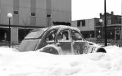 Winters beeld in februari 1979. Een harde wind zorgde voor sneeuwduinen zoals hier aan de Langewal.