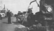 Foto toont geen vrachtwagen uit 1940, maar Ford of Chevrolet Canada CMP cabine nummer 13. Het verschil was op de grille zichtbaar aan het ovale ford embleem of het een beetje op een gestyleerde vlinderdas lijkende Chrevrolet logo. De foto zal in de jaren veertig zijn gemaakt maar, vele grondwerk aannemers bleven de Canadeesjes tot ver in de jaren zestig trouw. Het voertuig is in het bezt geweest van: Fa. van der Sluis en Posthuma, Gorredijk, gemeente Opsterland. Afgegeven: 1-6-1928 (Overgeschreven 21 december 1940) N.V. Hout, en Bouwmaterialenhandel v.h. v.d. Sluis en Posthuma, Gorredijk, gemeente Opsterland. Afgegeven: 21-12-1940 (Overgeschreven)