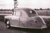 Een heel bijzonder voertuig ziet U op deze foto's. Dhr.Henk Hoen uit Gorredijk bouwde in 1957 een door hem zelf ontworpen auto waar hij, zijn vrouw en twee kleine kinderen inpasten. Hij klopte uit 1,5mm dikke aluminium plaat de carrosserie, en monteerde deze op een zelf ontworpen buizenchassis. Voor de aandrijving gebruikte hij een 200cc Sachs motor en versnellingsbak uit een motorbakfiets met 3 versnellingen vooruit en 1 achteruit. De topsnelheid was 60 km en het verbruik 1 op 25. Hij werkte 2 jaar aan dit project in zijn vrije tijd. Een werkweek bestond toen nog uit 6 dagen. De familie reed na uitgebreide testritten nog jaren in deze eenling. Henk Hoen junior zoekt naar meer gegevens en wil graag weten of deze auto nog bestaat. Dit verhaal las ik in het blad Auto Motor klassiek. Ik heb de auto gekend. Beets is Nij Beets, gemeente Opsterland. Hans Hoen woonde aan de Hegedyk in Gorredijk.