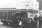 Deze Fordtruck was eigendom van mijn vader, vrachtrijder Gerrit de Vries uit Gorredijk. De foto is genomen achter zijn woning aan de Brouwerswal. De truck vervoerde hier lege gistkistjes i.o.v. gisthandelaar L.v.d.Muur uit Gorredijk. Op de zijkant staat de tekst: Dagelijkse Vrachtauto Dienst Gorredijk – Heerenveen via Jonkersland – Langezwaag – Knijpe G.de Vries Op de kistjes staat: Koningsgist Op de foto v.l.n.r.: Gerrit de Vries, buurjongen Henkie Alstein (later geëmigreerd naar Canada), Gretha de Vries (latere echtgenote van Feike Bruinsma), Roelof de Haan (in 1952 geëmigreerd naar Australië) en Tjitze Reekers. De foto dateert uit beginjaren dertig. (foto: 1322. Bron: Joop de Vries, Gorredijk)  (Kenteken B18147,Gerrit de Vries, Gorredijk, gemeente Opsterland. Afgegeven: 19-9-1932)