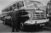 Een bus van Gorredijkster Transportonderneming De GATO. Hetzelfde nummer zat voorheen op een Chevrolet vrachtauto.(zie volgende foto). Naast de bus (DAF) chauffeur Gerrit de Vries uit Gorredijk. De foto is van ongeveer 1952.