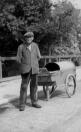 Gemeentelijke straatveger Jan Fokkema op 2 augusts 1951 aan de Nijewei.