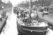 Een konvooi schepen met de Tjerk Hiddes van Steffen v/d Werf vooraan opende in mei 1982 het vaarseizoen op de turfroute. Aan boord o.a. Pater L.van Ulden en Harm Jan Bijlsma.