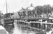 Beurtschepen lagen zondags voor de wal, een mooie gelegenheid voor het houden van een pleziervaart. Hier passeert het beurtschip van Gorredijk op Leeuwarden de brug in Wartena met een gezelschap aan boord.