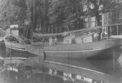 Het beurtschip van Greelt Reins Zijlstra dat op Amsterdam voer had een vaste ligplaats aan de Singel. In 1906 was daar ook een bode-adres.