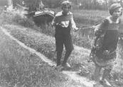 Deze stijlsteventjalk wordt door twee jeugdige personen in de bége voortgetrokken, terwijl de schipper de boom hanteert.