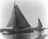 Twee zeilende vrachtschepen in de  Nijefeart onder Terwispel.