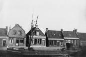 Het beurtschip Tjerk Hiddes ligt hier voor het huis van de eigenaar aan de Kerkewal. In het eerste volledige huis woonde de schipper Jitse Schaafsma, zoon Rienk, nog bij zijn ouders inwonend, had hier zijn eerste groentewinkel. Later verhuisde hij met zijn handel naar de Langewal. In het tweede huis woonde vanaf 1932 Bauke v/d Werf met zijn gezin. De beurtvaart op Sneek werd in 1942 overgenomen door zijn enige zoon Steffen die het tot 1963 volhield. Dat jaar stapte hij over op vervoer met een vrachtauto.