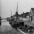 Vooraan ligt het vrachtschip van de Gebroeders v/d Klok, het derde schip is de Tjerk Hiddes van Bauke v/d Werf.