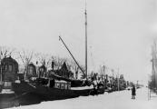 Het beurtschip van Rein en Berend Zijlstra dat op Amsterdam voer ligt hier op de thuisbasis aan de Molenwal. Er lag een motor in het schip maar bij gunstige wind werd er gezeild.