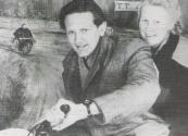 Motorrace in de fototent met Hans de Jong en zijn vrouw.