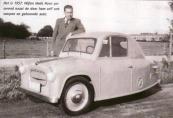 De door Dhr. Henk Hoen in 1957 zelfontworpen en gebouwde auto.  Hans Hoen posseert naast Henk zijn voertuig.Hans woonde aan de Hegedyk in Gorredijk.
