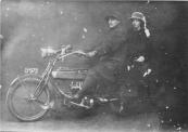 Dit is Hendrik Wiebertus Reinout Jonkers met op de duo Hiltje de Glee Jonkers. De heer Jonkers was eigenaar van Jonkers kinderwagenfabriek te Gorredijk. Zij zitten op een FN 4 cylinder van 1914 model 700 7hp 748 cc. Deze motor had een mechanische oliepomp en was een zijklepper .  (fotonr: 3163. Bron: Johan Beenen, Gorredijk)