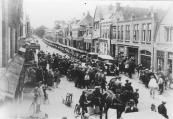 De auto van de heer Jonkers was een Duitse Hansa LLoyd van ongeveer 1920. Dit merk is later overgenomen door Borgward. Deze foto is genomen bij het vertrek van de eerste tocht van oudenvandagen te Gorredijk in 1929 en de Hansa LLoyd staat vooraan.  (fotonr: 3165. Bron: Johan Beenen, Gorredijk)