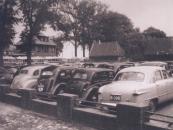 Opening van de ZWH-garage in Balk, 1950. De auto van Marten Bakker netjes geparkeerd.