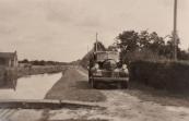 Op deze foto ziet u de heren Anne Hofma en Lammert Oosterhof voor het eerst met de vrachtauto van de CAF langs de Opsterlandse Compagnonsfeart rijden nadat de wijken gedempt waren. De weg heette toen nog Vaart?   Deze foto is op 17-08-1949 genomen door Hans van der Wal, toenmalig adres: Vaart 30 Lippenhuizen.    (fotonr: 1497. Bron: Jurjen Posthumus)  Kenteken B30194, Filiaal C.A.F. Gorredijk, Gorredijk, gemeente Opsterland. Afgegeven: 29-7-1946