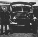Op de foto van de bus: links Gerrit de Vries, vader van inzender.   (fotonr: 1297. Bron: J.G. de Vries, Gorredijk)