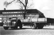 De vrachtwagen (Chevrolet) met het kenteken B-28861 was eigendom van De GATO te Gorredijk. Het nummer is later overgegaan naar de bus (Volvo), eveneens eigendom van De GATO.    Het kenteken stond voorheen op een GMC (legervoertuig), eigendom van vrachtrijder Gerrit de Vries uit Gorredijk. De vrachtrijderij van Gerrit de Vries ging na de oorlog op in de firma GATO (Gorredijkster Auto Transport Onderneming).   De foto van de Chevrolet is genomen voor het ziekenhuis in Heerenveen.  (fotonr: 1296. Bron: J.G. de Vries, Gorredijk)