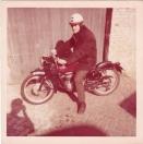 Dit is de motor van Jan Rekers, samen met zijn broer Tjitze, motorrijders in hart en nieren. Maar omdat de ogen van Jan slecht waren en ik regelmatig op bezoek kwam mocht ik op een mooie zomerse dag in 1965 bij hoge uitzondering een tochtje heen en terug Beetsterzwaag maken. En gelukkig hebben we daar toen een foto van gemaakt,  Het betreft hier een Gilera 150cc viertakt motorfiets. Omdat Gilera in die jaren met zijn viercilinders veel succes had op circuits werden in 1954 2 x 7 geïmporteerd. Jan ging naar Motorimport de BOER in Lippenhuizen, deed een proefrit en ruilde zijn CZ in. Dit alles vond plaats op 2 juli 1954. De prijs was F 1750,-, dat was nogal wat als je nagaat dat een Jawa F 1195,- kostte.  Het motor no: 182-3228 Frame no: 182-3228.  De motorfiets is gelukkig nog in familiebezit en heeft in de 90er jaren nog een rally in Italië meegereden.  (Bron: Johan Beenen)