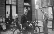 Foto is genomen voor drukkerij Gerben Brouwer, Burgemeester Falkenaweg 2 in Heerenveen. Op het bankje zit links Auke Brouwer en daarnaast zijn vader Gerben Brouwer.  Op de motor Jaap de Nes met een van z'n kinderen.