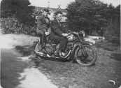 Het voertuig met kenteken B-15898 betreft een motor. De voorste persoon is Homme Peereboom uit Nieuwehorne, de persoon achterop is Tjeerd Hofman, een vriend van Homme Peereboom. De foto is gemaakt bij Sonnevanck in Ermelo waar Tjeerd op dat moment kuurde.Homme Peereboom, Gorredijk, gemeente Opsterland. Afgegeven: 17-2-1931 De motor op foto 1513 is een 500 cc BSA Sloper van circa 1928.  (Bron: Elias van der Sloot)