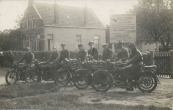 Van Links naar rechts:  K. van Dam: INDIAN 1923 B9297, H.v. Vos: INDIAN 1922 B4180, Feike Zuidersma (met pet), N.v.d. Heide: BSA 1920 B6106, Tys Haanstra (met hoed), B.v.d. Brug: BSA 1923 B7459, Bart v.d. Schoot, D. de Vries: BSA 1925 B8995 timm.  Langezwaag. Handelsavondschool.  (Bron: Dorpsarchief van Oude- en Nieuwehorne)