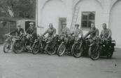 Groep motorrijders achter hotel De Phoenix te Drachten met vlnr Sjouke van Sijen (B-11115?, op een Douglas 1925), Hantje Jan Bottema (B-10138, F.N. 1926), Nuttert van der Heide (B-6101, BSA 1926), Fré Rudolphi (N-7090, BSA 1925), Sietze van der Mei (B-6619?, Simplex 1923), Harm de Vos (B-4180, Indian 1922) en Dirk H. de Vries (B-8995, BSA 1925).Frederik Rudolphij, Gorredijk, gemeente Opsterland. Afgegeven: 30-10-1923 (Duplicaat 12 februari 1930)  -Frederik Rudolphy, Gorredijk, gemeente Opsterland. Afgegeven: 12-2-1930 (Duplicaat 31 december 1945)  De groep moterrijders op foto  zijn leden van moterclub