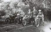 Vlnr Nuttert van der Heide (B-6101, B.S.A. 1926), H. Bottema, Gooitzen Zwanenburg (B-10129, Ariël 1927), M. de Vries (B-11876, B.S.A. 1927), staand met hoed Hendrikus de Boer en Klaas van Dam (B-9297, Sarolea(?), 1927) Klaas van Dam, Gorredijk, gemeente Opsterland. Afgegeven: 8-7-1925 (Geld ontvangen)  (Bron: Coll. Otto Kuipers)