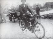 De knecht Venema kijkt toe hoe zijn baas H. v.d. Schoot hier voor de fotograaf poseert met z'n eencilinder N.S.U. uit ca. 1910. Van der Schoot was eigenaar van een kwekerij in Gorredijk.  (Bron: De motorfiets in Nederland 1895-1940. Een terugblik op de vroege motorrijders in Nederland ter gelegenheid van het 35-jarig jubileum van de Veteraan Motoren Club.  Elmar bv Rijswijk 1991) B. v.d. Schoot, Kortezwaag, gemeente Opsterland. (Afgegeven tussen 1 april 1919 en 1 november 1920.)  Kenteken: Lieuwe van der Schoot, Kortezwaag, gemeente Opsterland. Afgegeven: 16-4-1934 (Overgeschreven)