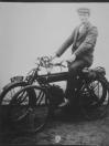 Een foto van de motor met kenteken B-2110. De persoon ervoor op de fiets is Jacob Betten uit Nieuwehorne.  Jacob Betten had zelf ook een motor. Jacob Betten staat geregistreerd met nummer B-18056 (26-08-1932). Firma Veltman & Dorenbosch, Gorredijk, gemeente Opsterland. (Afgegeven tussen 1 april 1919 en 1 november 1920; voor hetzelfde bedrijf zijn de nummerbewijzen B3020 en B3035 afgegeven ten name van Veldman en Dorenbos)  -Firma Veldman en v/d Bosch, Gorredijk, gemeente Opsterland. Afgegeven: 15-8-1921 (Zie na 16.050 overgeschreven)  -Hans Veldman, Gorredijk, gemeente Opsterland. Afgegeven: 10-4-1931 (Overgeschreven)