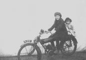 Ook nog een kermisfoto uit 1922. Links Tine van der Veer (1909-1997) en rechts Klas van der Vegt (1917-1999). Tine en Klas waren achternichten.  foto: coll. Tine Zondervan-van der Veer