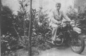 Dit is een foto van mijn vader Henk Beenen achter in de tuin van Fa John Beenen te Gorredijk Hoofdstraat op zijn DKW RT 98cc van 1939. Het kenteken staat op naam van zijn broer Wilhelm. De foto is genomen in de zomer van 1940. Wilhelm Johan Beenen, Gorredijk, gemeente Opsterland. Afgegeven: 18-6-1934  (Bron: Johan Beenen, Gorredijk)