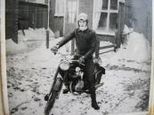 Henk Tuininga op zijn eerste motorfiets in 1962, een Sparta 200cc.