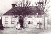 Trimbeets 1900 met Akke Kuipers Popma en Jantje en Wieger Kuipers, in 1896 is Trimbeets gehuurd en in 1903 gekocht door Klaas Egberts Kuipers (foto via Ankie Kuipers)