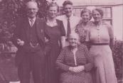 Gezin Kuipers, rond 1946, Vader Klaas, Annie, Egbert, Jeltje, Jant en zittend Akke Kuipers (foto via Ankie Kuipers)