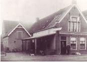 Café de Veehandel, vóór 1905, toen nog Café de Groot met Feits de Groot en Jan Vos (foto via Ankie Kuipers)